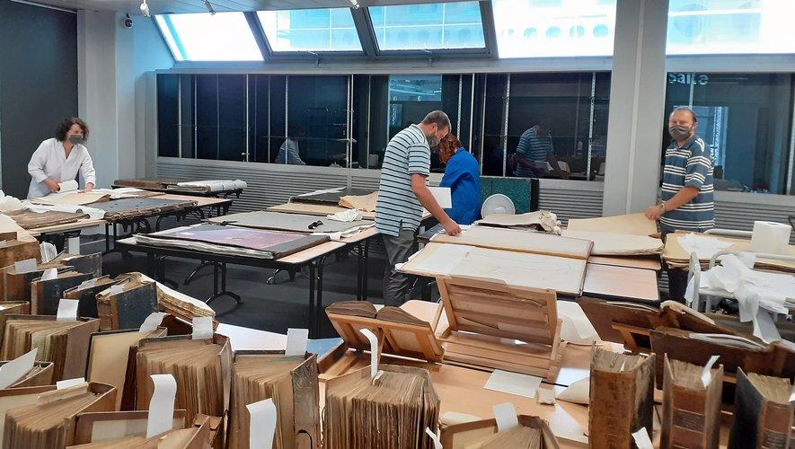 Le personnel est à pied d'œuvre pour sauver les documents et remettre le bâtiment en état.