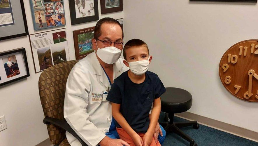 Léo avec son chirurgien après l'opération réussie aux États-Unis.