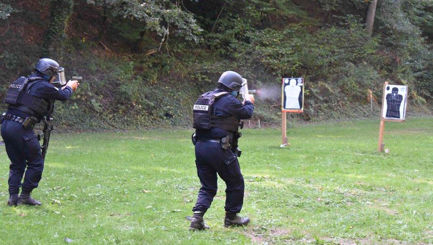 Stage de recyclage aux armes de poing pour les policiers.