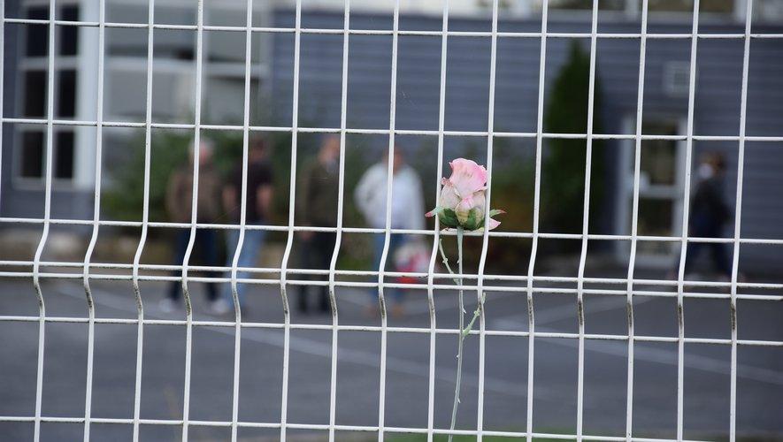 La fin d'une histoire pour des hommes, un village. À l'image de la rose posée sur le grillage pour symboliser le deuil.