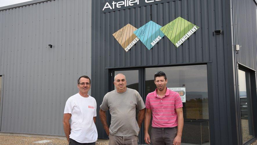 Les trois associés devant leur nouveau local.