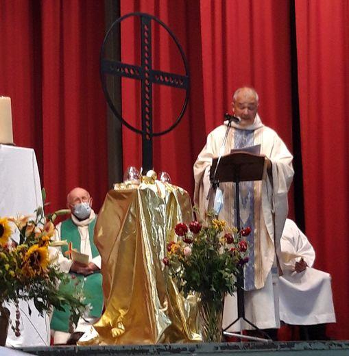 Le père Patrick Tourolle lors de la célébration de sa dernière  messe à la salle des fêtes du bourg.