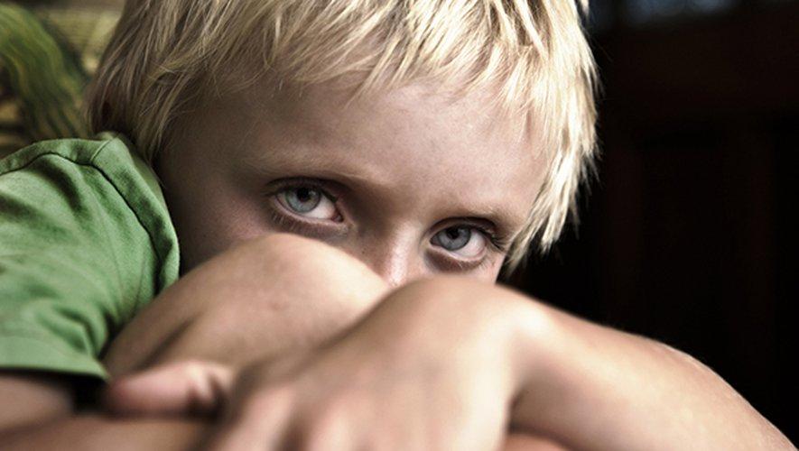 Propos dégradants, insultes, menaces… Lorsqu'elles viennent des parents, les violences verbales infligées aux enfants peuvent causer autant de douleur que les coups physiques.