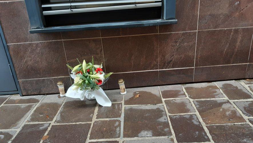 Un bouquet et des bougies, en souvenir...