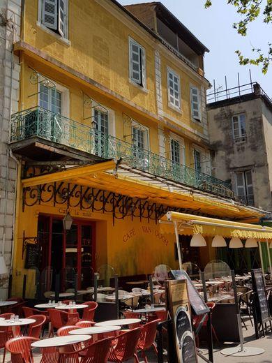 """Sur la place du Forum à Arles, le café Van Gogh qui s'intitulait """"La Terrasse"""" a inspiré la célèbre huile sur toile de Vincent Van Gogh en 1888"""