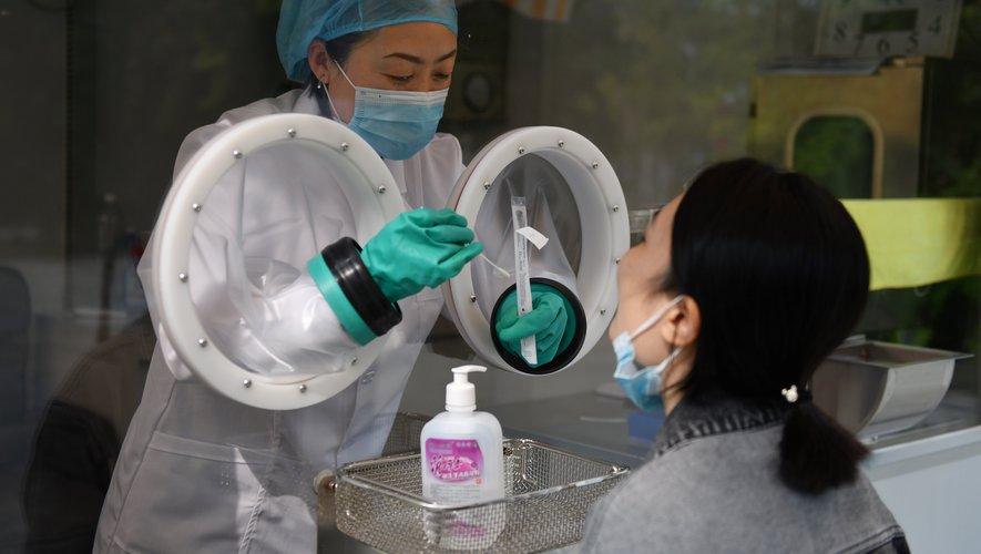 """Cette machine nommée """"Flash 20"""", d'un coût de 300.000 yuans (38.000 euros), détecte la présence ou non du nouveau coronavirus. Elle rend en une demi-heure son verdict, que la personne testée reçoit directement sur smartphone."""