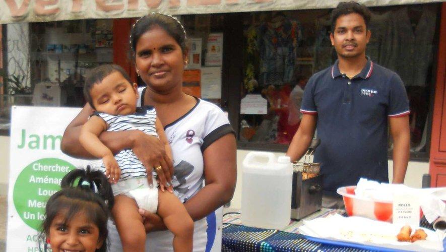 Une famille accueillie présentant ses spécialités culinaires.