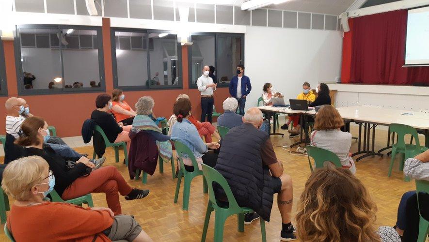 L'assemblée attentive au déroulé du projet.