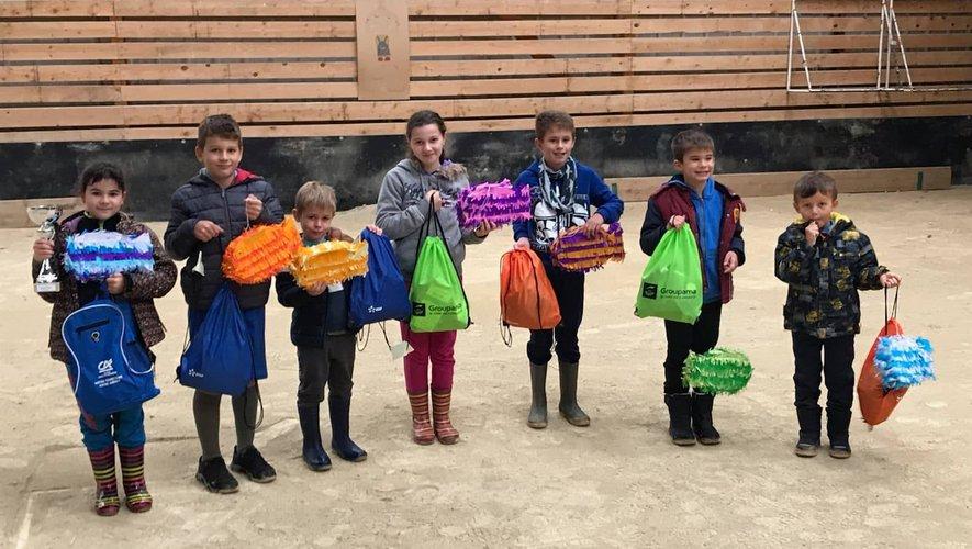 Les petits pêcheurs récompensés par des cadeaux.