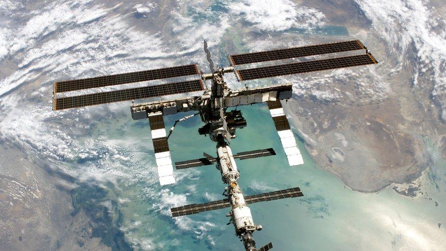 Depuis 2000, l'ISS est occupée en permanence par des Américains et des Russes, qui y restent généralement six mois.