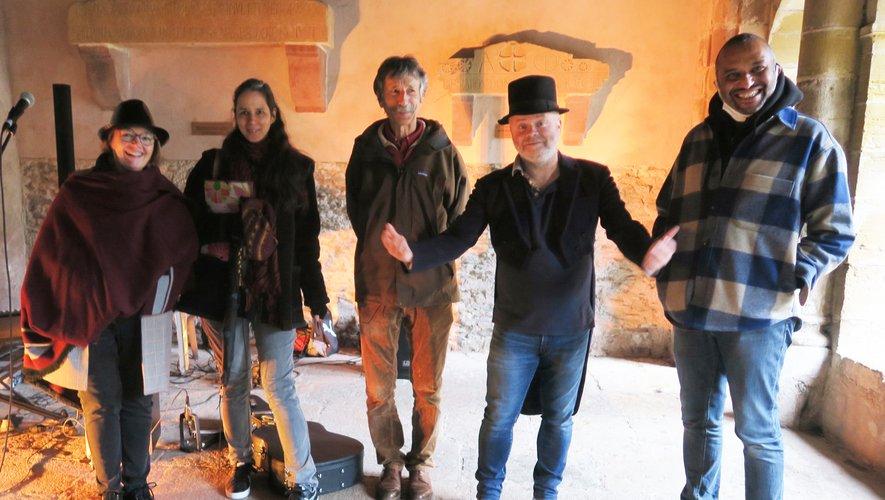 De gauche à droite : Véronique, Marianne, Jean-Antoine, Gillian Diez  (chef de chœur de Tutti), Olivier Goulet (L'O, professeur de l'école de musique).