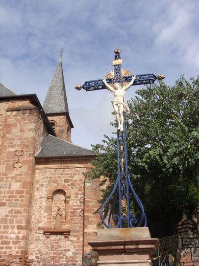 La Croix de la Passion, voisine désormais avec le clocher.
