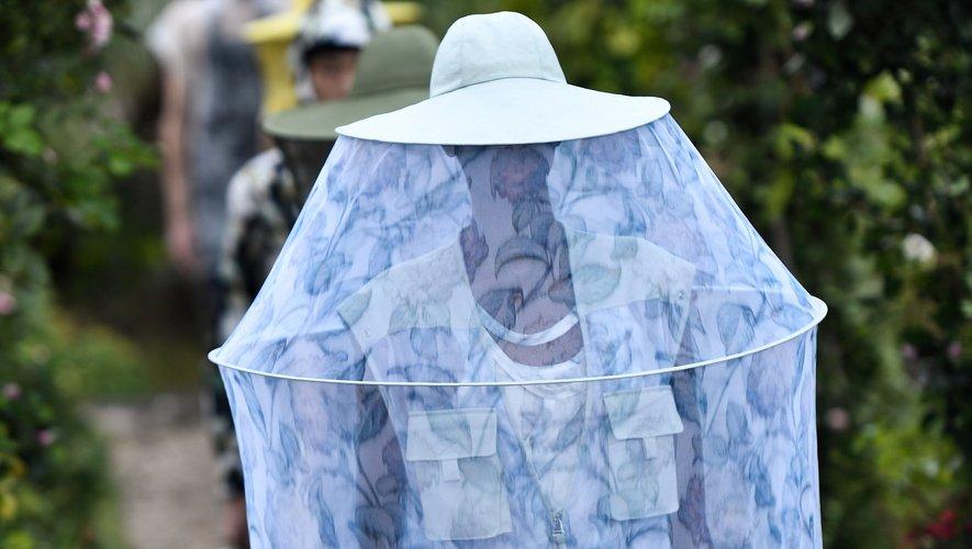 Le créateur portugais de la maison Kenzo, Felipe Oliveira Baptista, joue l'optimisme avec une palette de couleurs fraîches et des imprimés floraux sur des vêtements qui tantôt couvrent totalement, tantôt mettent à nu.