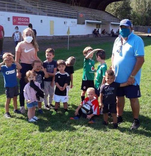 Les premiers adeptes du baby rugby entourés de leurs éducateurs