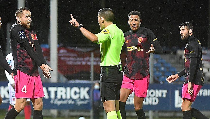 Les défenseurs Bardy, Roche et Chougrani, ont été en difficultés samedi à Clermont.