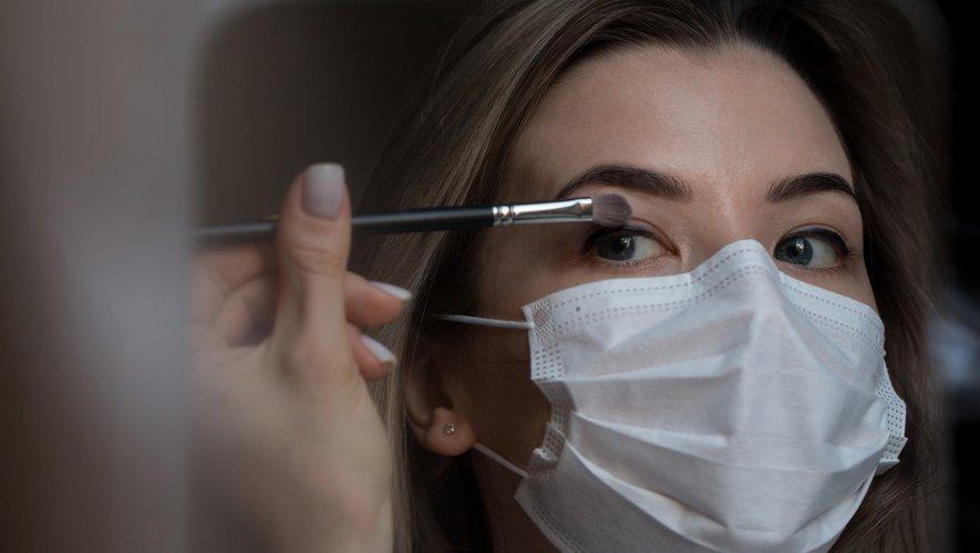 """Le regard est désormais au centre de l'attention des femmes qui continuent à se maquiller, même si le """"no make-up"""" gagne du terrain depuis le déconfinement."""