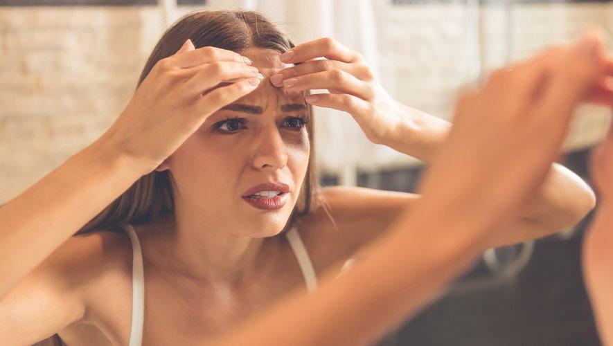 Hommes, femmes, et enfants sont confrontés au mascné, qui se caractérise par des imperfections et des irritations liées au masque, les poussant à se ruer vers les soins anti-acné.