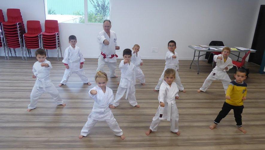 Les participants au dernier cours de baby karaté, salle Terre des Hommes, à l'Espace Saint-Exupéry.