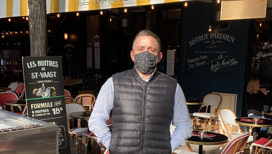 Mathieu Decruéjouls  devant son établissement,  Le Passage Saint-Honoré  dans le 1er arrondissement.