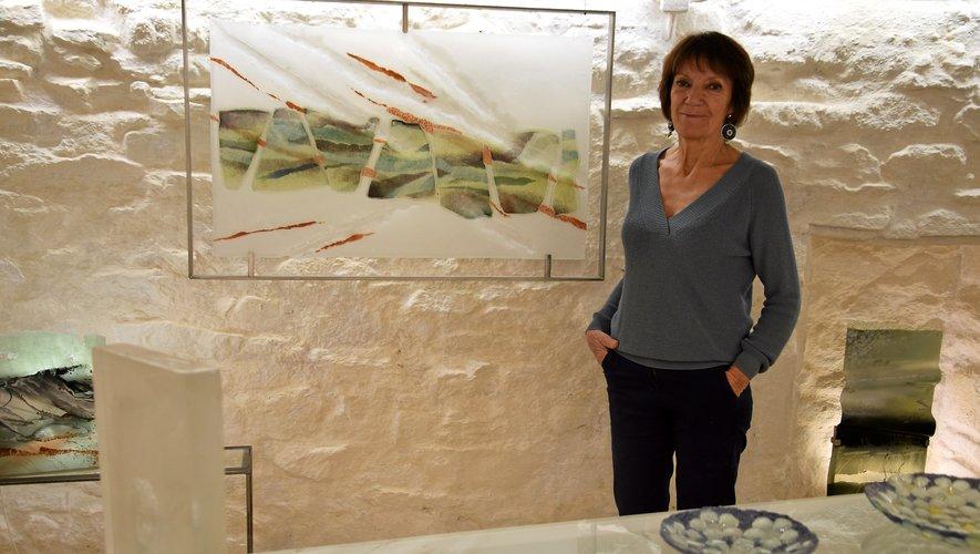Roselyne Blanc-Bessière dans sa salle d'exposition.