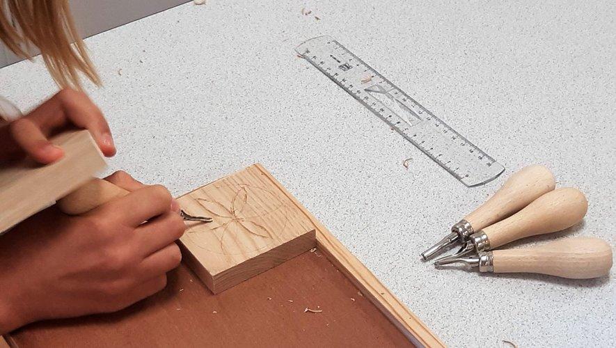 L'initiation à la sculpture sur bois fait partie des animations proposées.