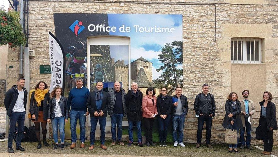"""Plusieurs acteurs de la labellisation """"villages étapes"""" devant le bureau de l'office de tourisme du Laissagais."""