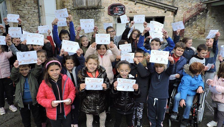 Les enfants fiers de leur participation au cross.