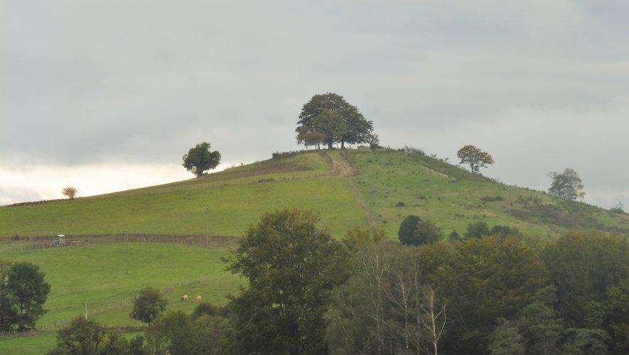 Le Puy de Montabès se voit de très loin partout à la ronde.