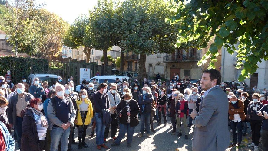 Le maire, Sébastien Orcibal, prend la parole devant les Villefranchois rassemblés devant la sous-préfecture.