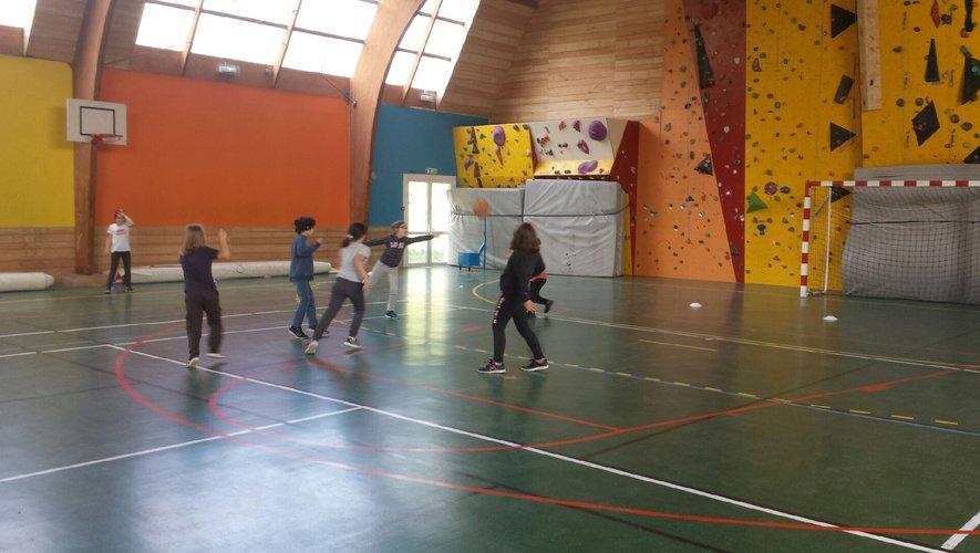 Initiation au basket grâce à Romain et au club des Serènes à l'école Jean -Lafon.