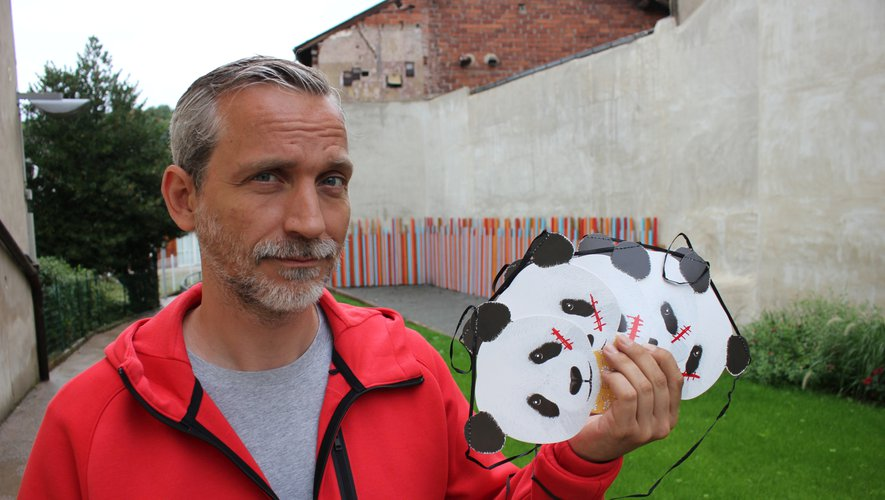 """Olivier Norek et le symbole des révolutionnaires verts dans """"Impact"""" : un masque de panda barré d'une cicatrice."""