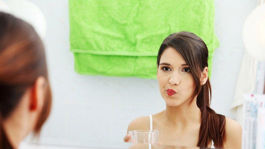 Les bains de bouche vraiment utiles contre la Covid-19 ?