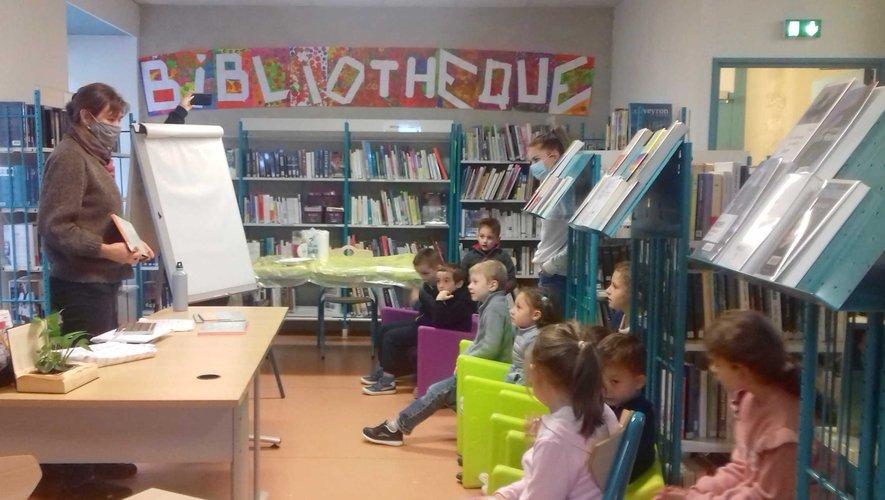 Les enfants écoutent attentivement un conte de Béatrice Rodriguez.
