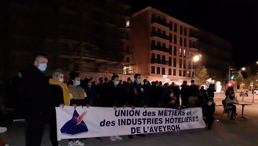Mercredi soir devant la cathédrale de Rodez. Les professionnels de l'hôtellerie-restauration manifestaient déjà leur mécontentement face aux premières mesures, à l'appel de l'Umih.