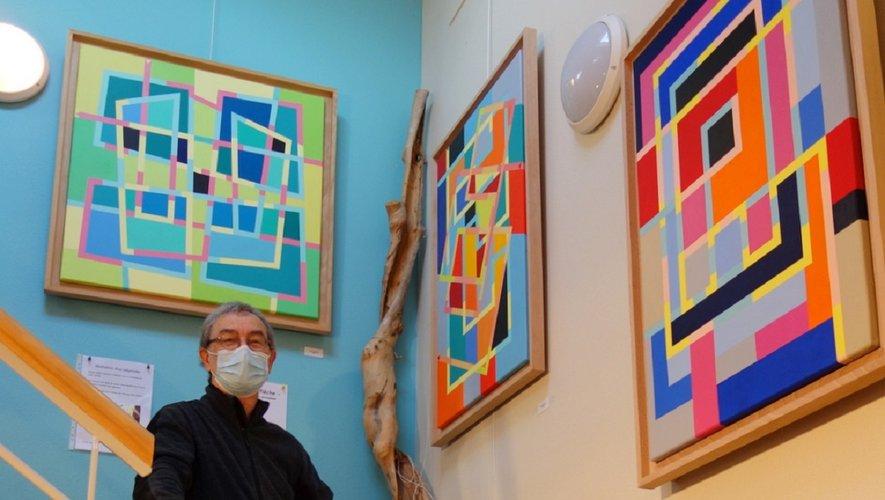 Michel Gratadour devant ses toiles.