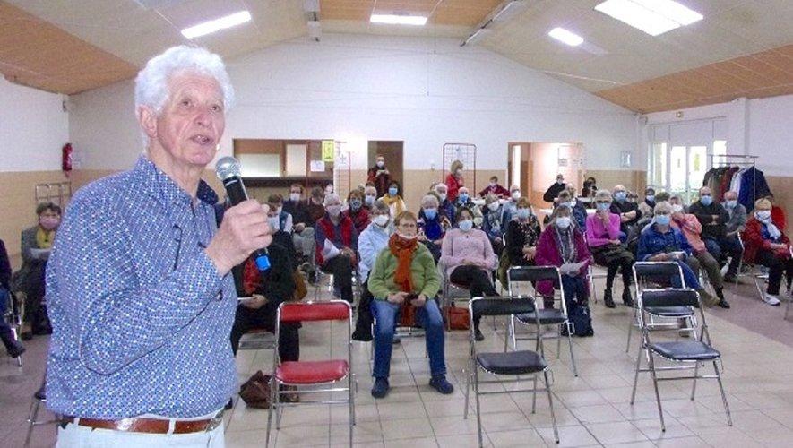 Alain David présente le bilan aux membres de l'association Los Passejaïres.