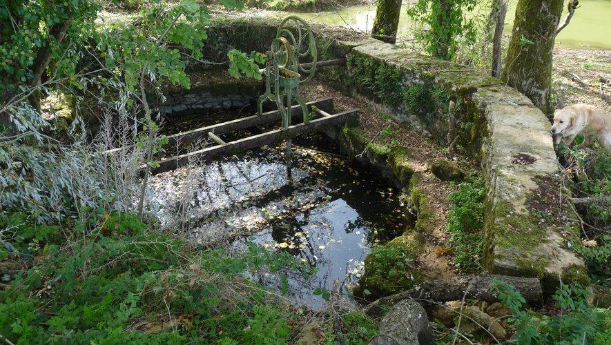 La retenue d'eau de la source de la Fontanelle entourée d'un muret en pierre
