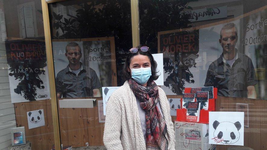 Ftrancine devant la vitrine de Presse Bulle. photo BHSP