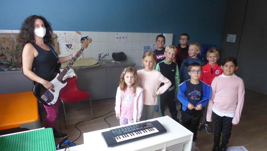 Marion initiant les enfants à la musique.