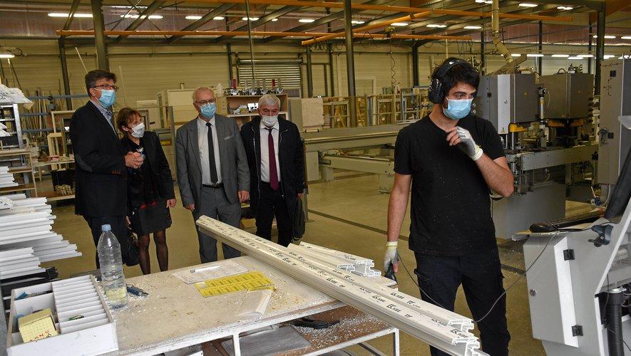 Jean-Marc Combes a mené une visite guidée à travers les ateliers PVC, alu et bois, tous mécanisés.L. B.