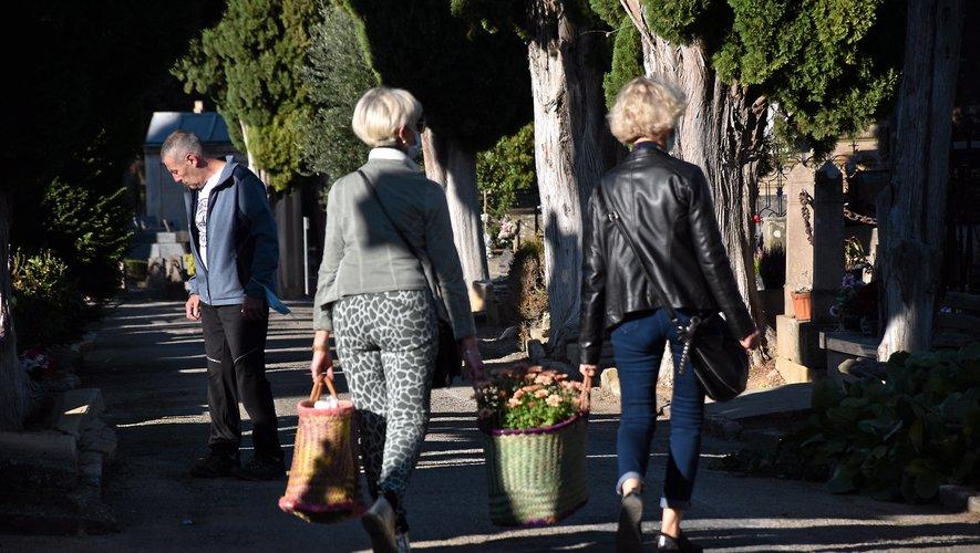 Les visiteurs sont venus seuls ou en famille pour entretenir une sépulture ou déposer une plante sur une tombe.