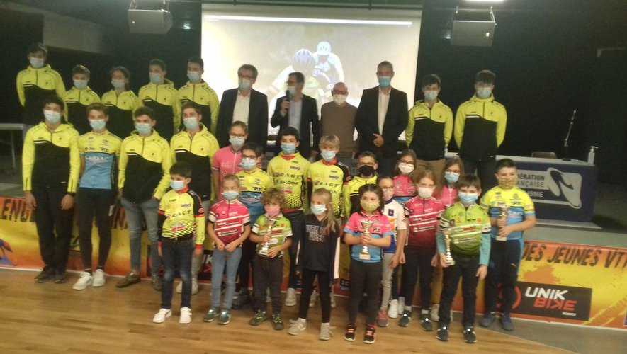 Photo de famille des sportifs récompensés.