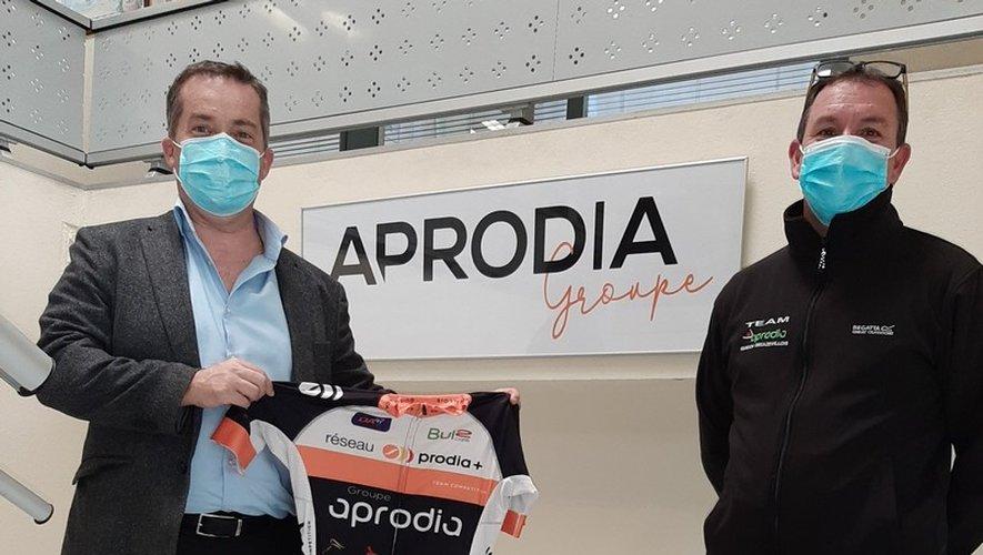 Alain Auguié avec le maillot et le directeur sportif Guy Cabrol.