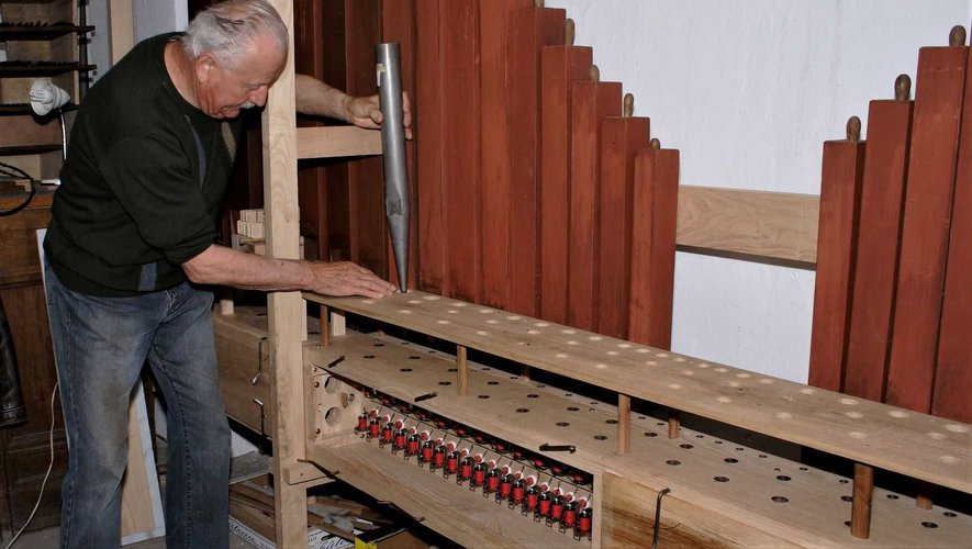 Jean Austruy installe un nouveau jeu sur l'orgue