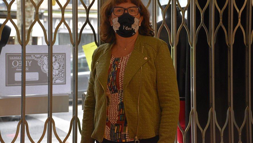 Isabelle d'Ydeo prépare les commandes dans un magasin fermé.