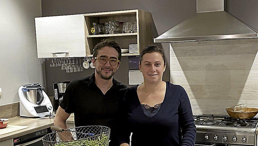Nicolas et Cécile Cammas, chez eux, s'accordent une pause. Cécile repart au fourneau pour les Toqués d'Oc.