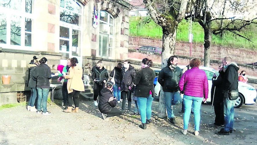 Les parents d'élèves du Gua ont reçu le renfort de parents d'autres établissements et de citoyens. Le rassemblement s'est prolongé jusqu'à 10 heures.