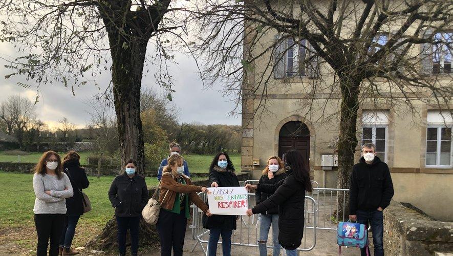 Des parents de Saint-Jean-d'Alcas sont opposés à la décision du gouvernement.