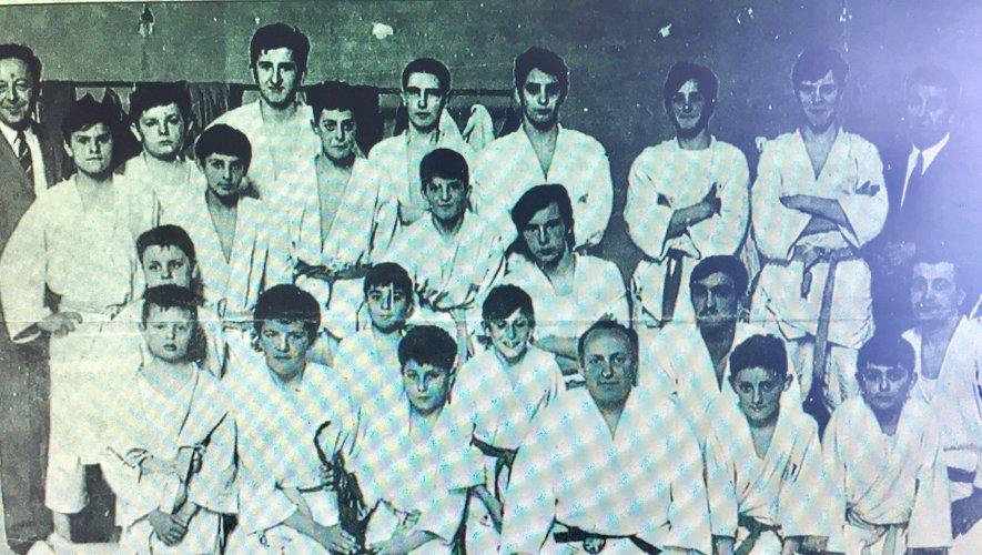 Les fondateurs du club, Verdu et Caume, entourent les premiers judokas  du club espalionnais, en 1965.