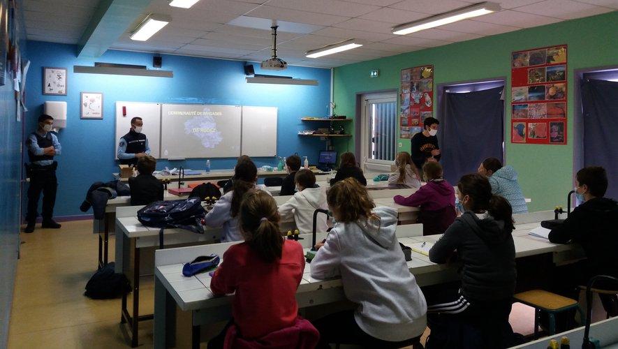 Les élèves en classe avec un intervenant de la gendarmerie.